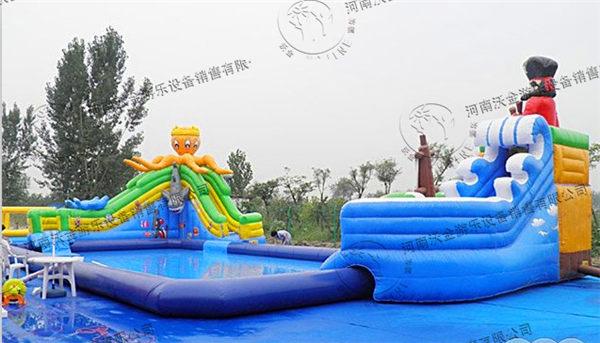 在这个炎热的夏季人们总喜欢把水上运动作为首选,但是一些孩子由于缺乏安全意识,常常喜欢结伴到郊外的河流、湖泊里游泳,有时甚至是一个人前往。殊不知这样的行为给您的安全带来了很大的威胁,所以河南沃金充气游泳池为了减少大家出现溺水情况,特地研制出了一款新型可移动的游泳池——充气游泳池。