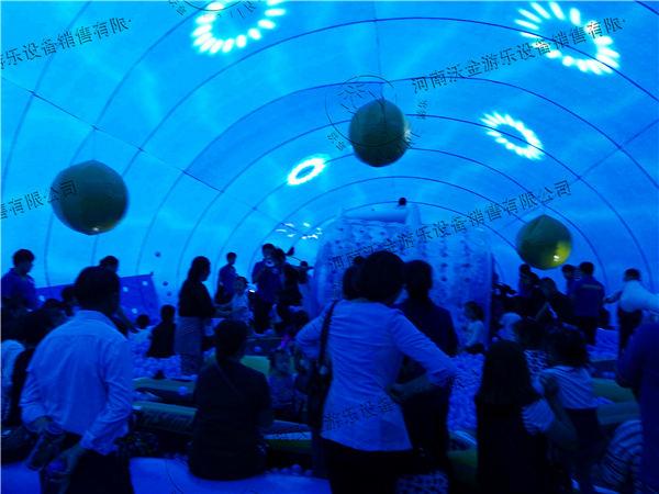 """巨型二次元生物超大""""鲸""""喜送给你!巨型鲸鱼岛乐园,1000000只海洋球藏满整个鲸鱼肚子,可以装满5辆公交车、铺满学校的操场。鲸鱼的大肚皮变成巨型游乐场:海洋球滑梯、海洋球蹦床、海洋球悠波球、海洋球皮划艇嗨Ball全场!配合美食等各种游乐项目,让你尽情嗨不停。秀个恩爱、来个摆拍,绝对Cool毙了。捉弄伙伴、惩罚男友,大埋活人,疯狂撕名牌."""