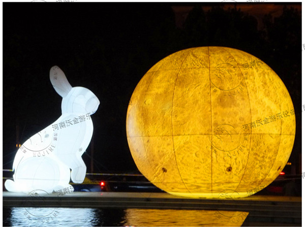 玉兔又称月兔,是古代神话传说中是居住在月球上的兔子。在许多文化中,特别是在东亚(中国大陆、中国台湾、日本、朝鲜)的民间传说和阿兹特克神话中,常塑造成用研杵捣研钵的形象。在中国神话中,月兔在月宫陪伴嫦娥并捣药。  发光玉兔在河南沃金公司全体员工的不断努力下,凭着其独特的创意,鲜明的主题,以优异的设计高出同业、同类别的产品,以优越的质量赢得了市场青睐。所生产的多类产品在全国各大公园、大型游乐场所、开业庆典、品牌宣传、商务宣传、儿童娱乐场所、大型体育中心、体育活动中被广泛采用。产品所到之处,均深受国内外各界人士
